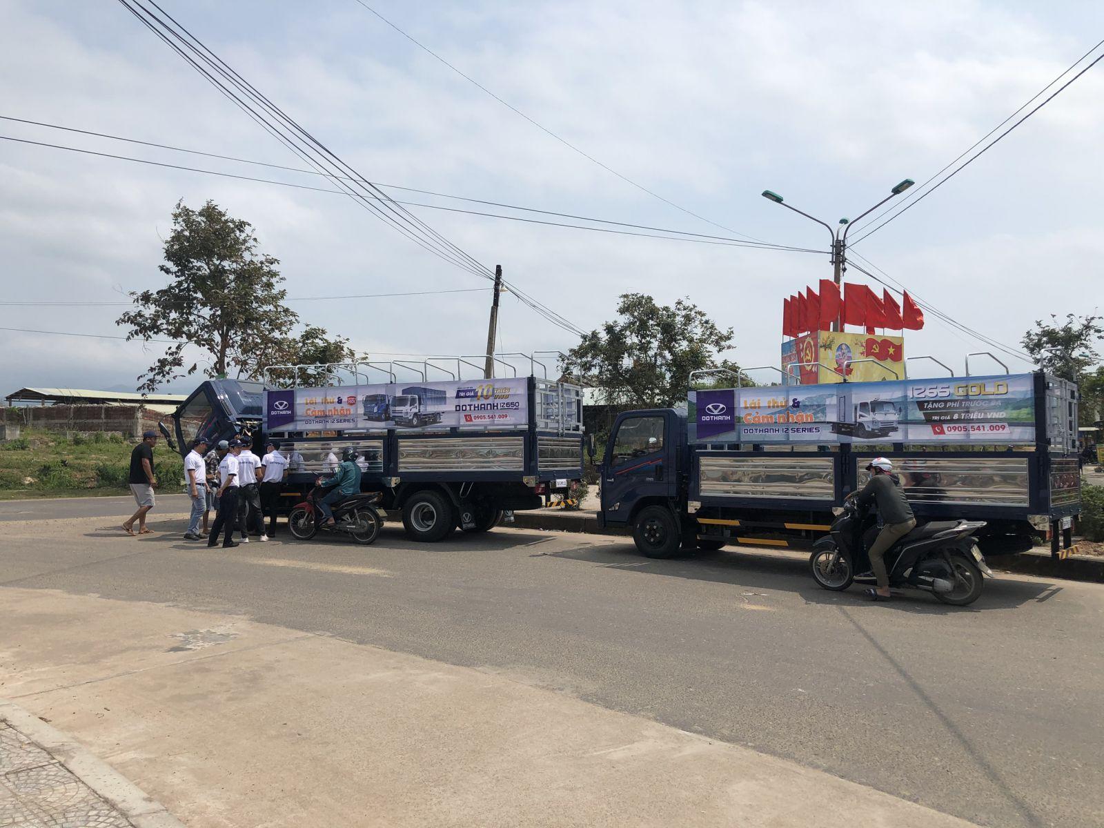 Ban tổ chức giới thiệu thông tin xe, đưa khách hàng tham khảo trực tiếp và lái thử xe tải Đô Thành IZ